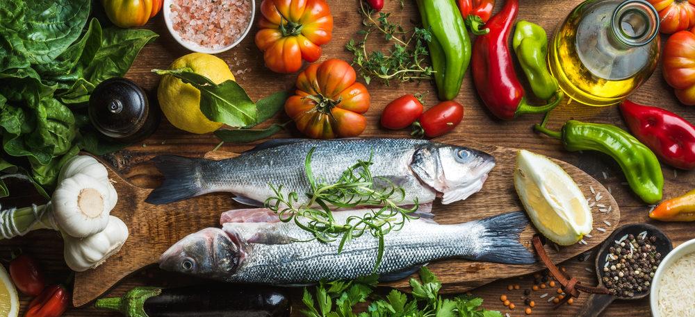 Fisk og grønnsaker på bordet