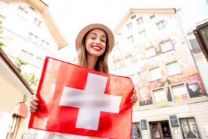 Kvinne holder det sveitsiske flagget