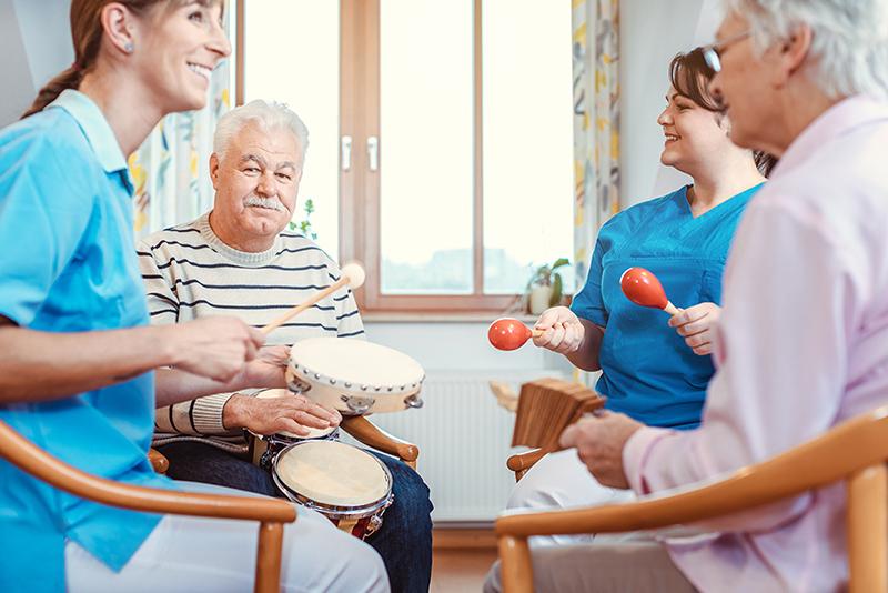 Pasienter og pleiere har musikkterapi